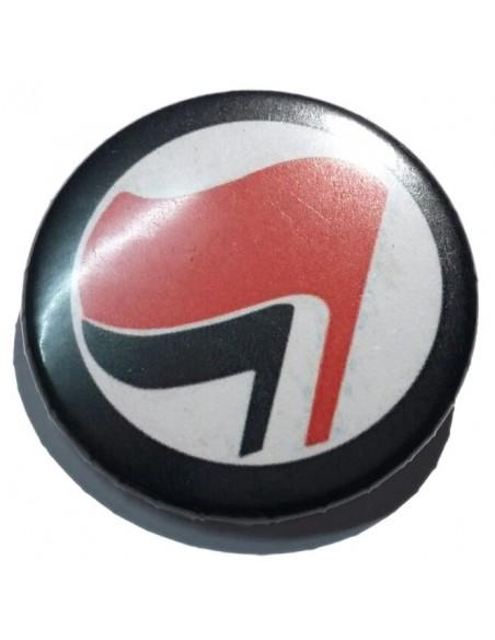 Chapa antifascista con la bandera rojinegra