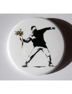 Chapa Banksy (manifestante con ramo de flores)