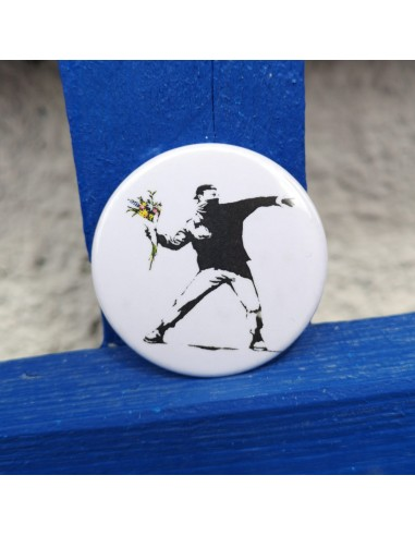 Chapa Banksy (manifestante con ramo...
